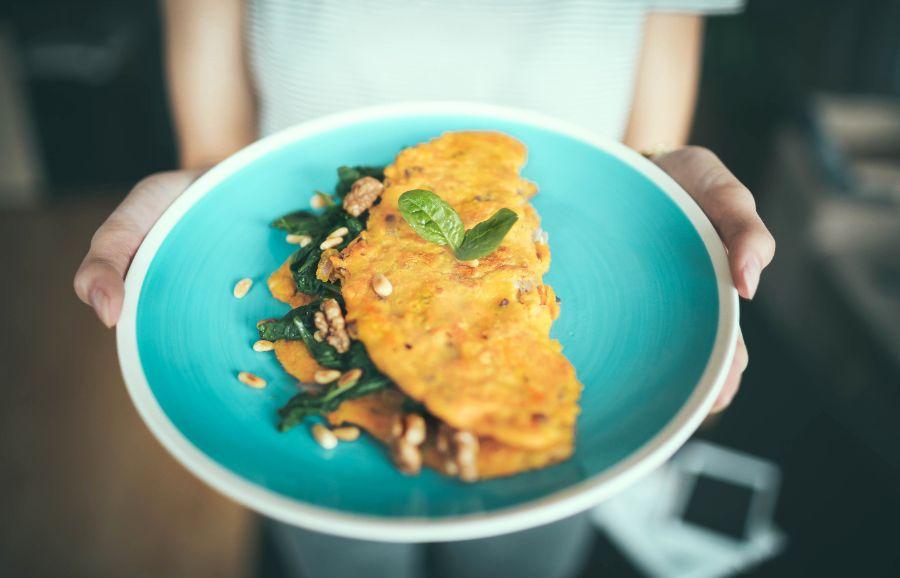 Zapečený karfiol s bylinkovou omeletou. Diétny a chutný recept!
